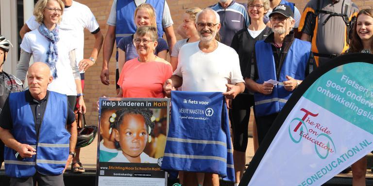 Een aantal deelnemers van The Ride on Education bij de start van de tocht vorig jaar. Hugo Waalewijn staat in het midden, met het witte shirt. Eigen foto