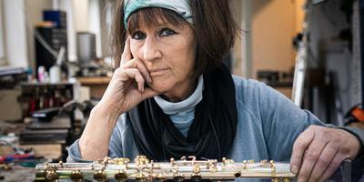 Fluitbouwer Eva Kingma in haar atelier in Grolloo. Foto: Jaspar Moulijn