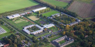 Jeugdgevangenis Juvaid (links) in Veenhuizen, rechts ligt gevangenis Norgerhaven. Foto Archief DvhN