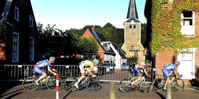 De kopgroep met in de gelederen Jeff Vermeulen rijdt door Winsum.