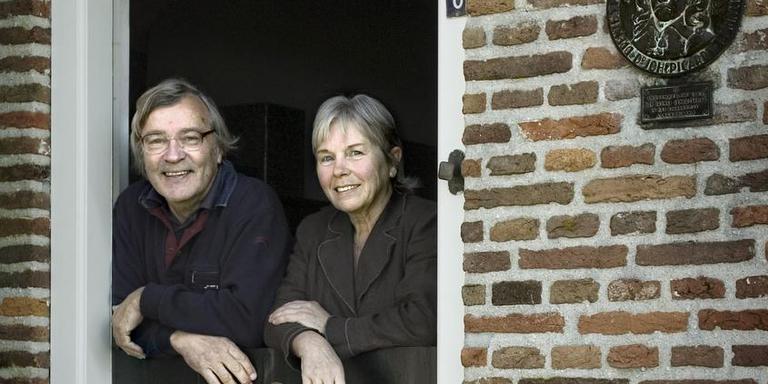 51ed630f9e6 Ruurd Vanderveen met echtgenote Joke in de deuropening van hun Picardthoeve.
