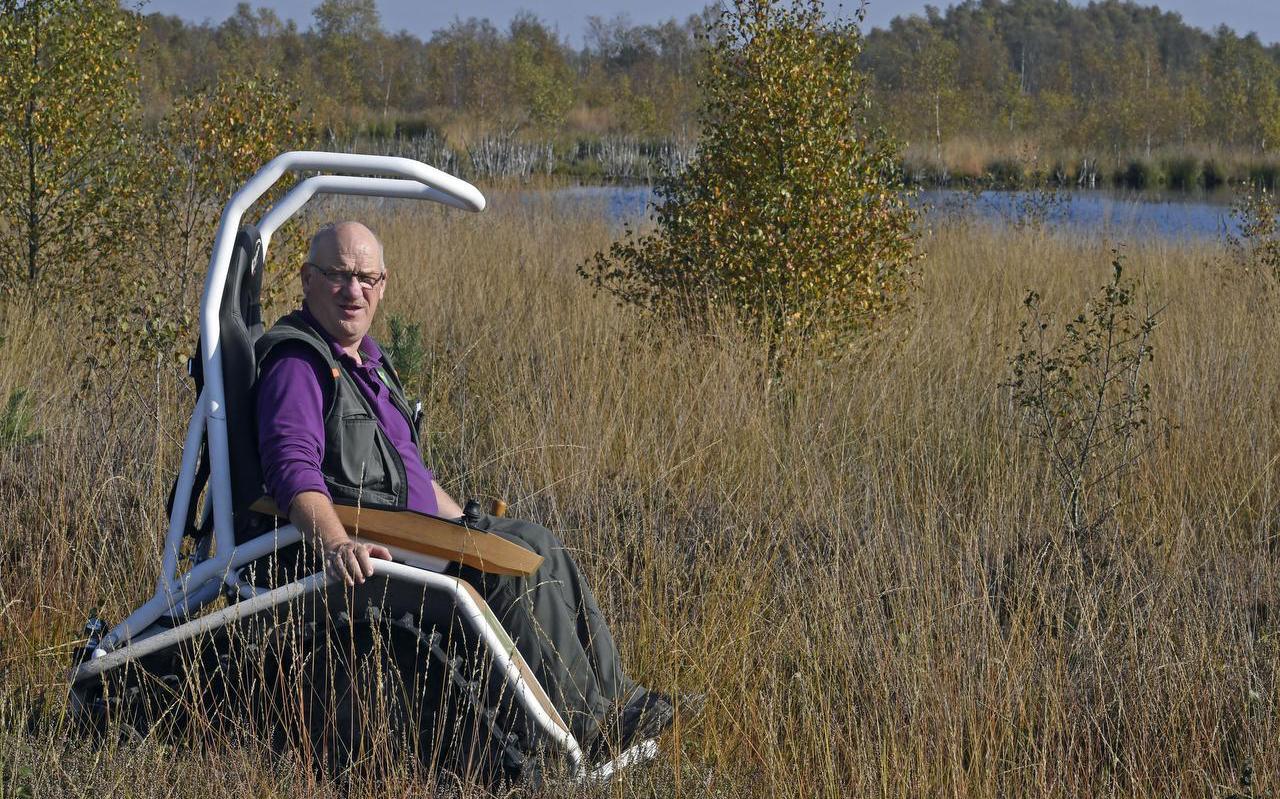 Boswachter Jans de Vries in zijn speciale scootmobiel op rupsbanden waarmee hij goed door het hoogveen kan rijden.