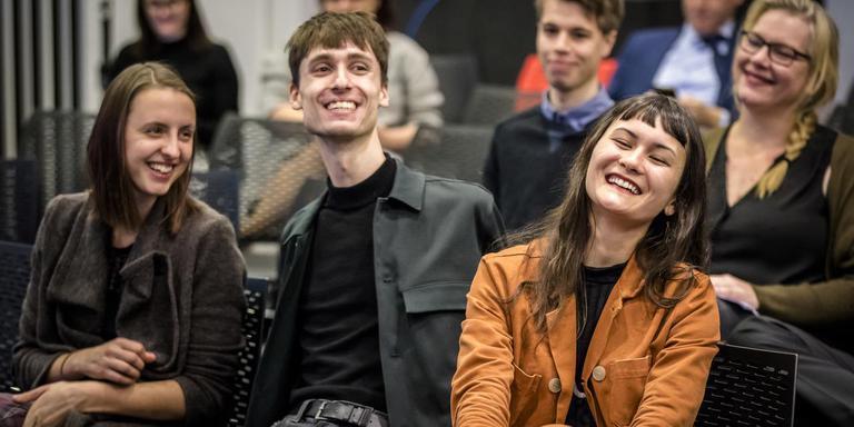 Initiatiefnemers Marlou Gijzens, Luca van der Kamp en Nina Boelsums reageren enthousiast als ze horen dat er een referendum komt over de sleepwet.