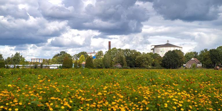 De voormalige aardappelzetmeelfabriek tekent de skyline van Oranje. Foto Marcel Jurian de Jong