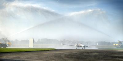 De brandweer van Groningen Airport Eelde onthaalt het nieuwe lesvliegtuig van de KLM Flight Academy. Foto: Peter Wassing