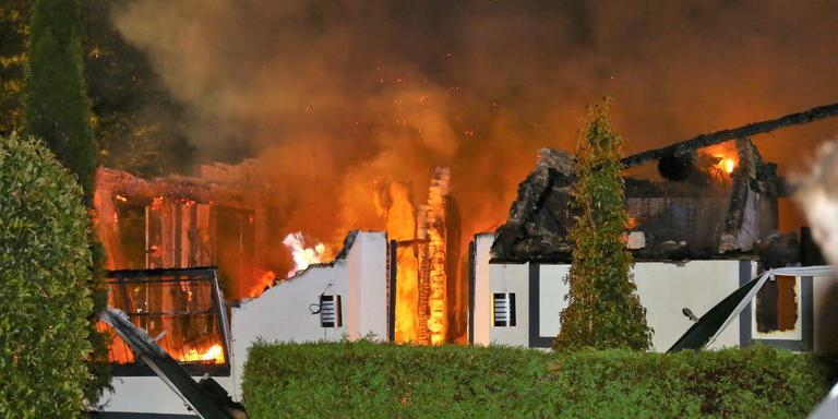 Club Continental is in de nacht van donderdag op vrijdag in vlammen opgegaan. Foto: Van Oost Media