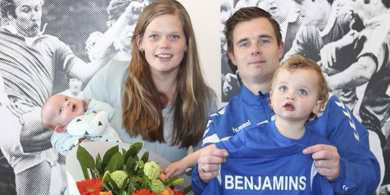 Trotse ouders Raimon en Ilona Benjamins samen met zoons Vince en Noud. FOTO GERJO STEGEMAN
