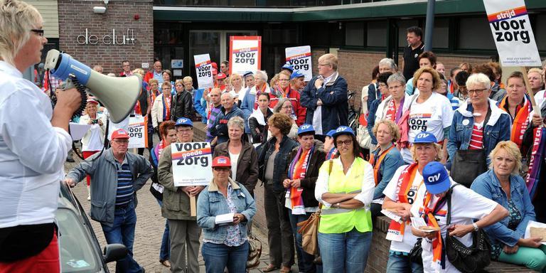 In Emmen wordt met enige regelmaat geprotesteerd tegen de bezuinigingen in de zorg. FOTO BOUDEWIJN BENTING