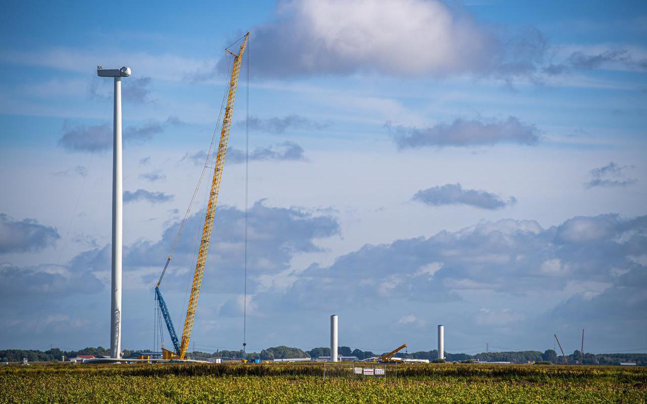 Tussen Valthermond en 2e Exloërmond wordt druk gebouwd aan de eerste windturbines van windpark Drentse Monden en Oostermoer. Copyright: Marcel Jurian de Jong