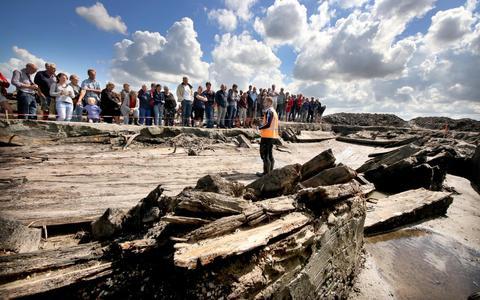 Drentse en Groninger onderzoekers vinden mutsen en bestek in eeuwenoud Zuiderzeeschip
