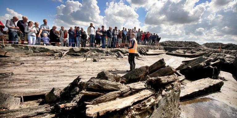 Yftinus van Popta vertelt medio augustus tijdens de kijkmiddag over de opgraving van het scheepswrak in Rutten. FOTO SIMON BLEEKER