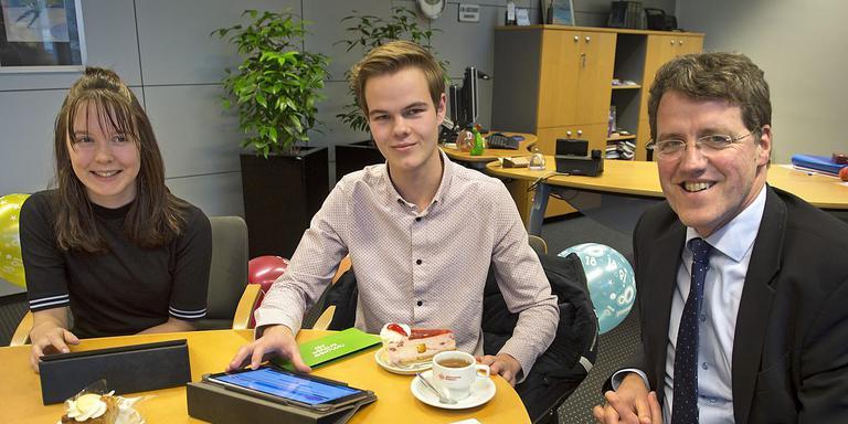 Melissa Loves en Bram van Iersel vulden gisteren op de kamer van burgemeester Eric van Oosterhout de gloednieuwe Emmer stemwijzer in. Foto: Jan Anninga