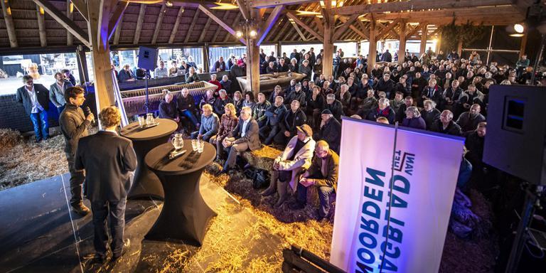 Drukte in de schaapskooi bij het debat over de wolf. Foto: Marcel Jurian de Jong