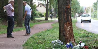 Ontdane buurtbewoners bij de plek van het ongeluk op de Lonerstraat van woensdagavond. Foto: Persbureau Meter