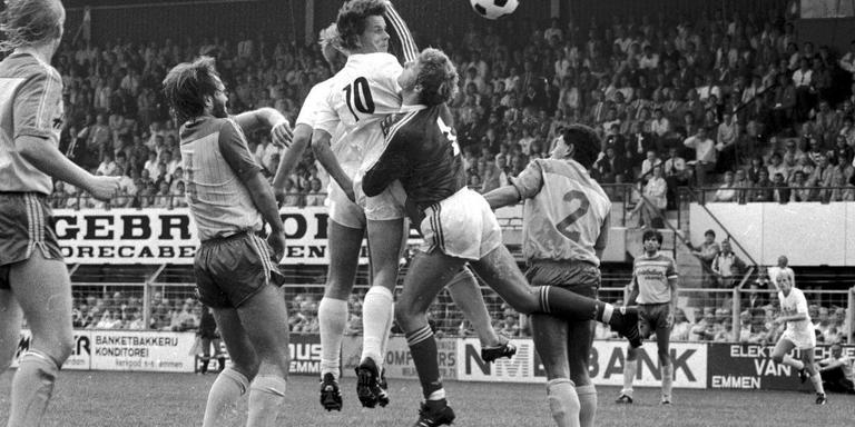 FC Emmen-spits Ted Venema (10) duelleert in een volgepakte Meerdijk met Den Haag-goalie Rene Stam. De doelman wordt geassisteerd door Martin Jol (4) en Edwin Purvis (2). Emmen verloor haar eerste wedstrijd in het betaalde voetbal met 1-0 van de latere kampioen van de eerste divisie. Foto: Archief Henk Benting