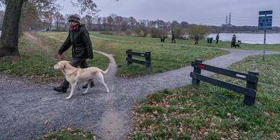 Hondeneigenaar Eric Betten wil graag een hek tussen het hondenstrand en de weg. Foto Jaspar Moulijn
