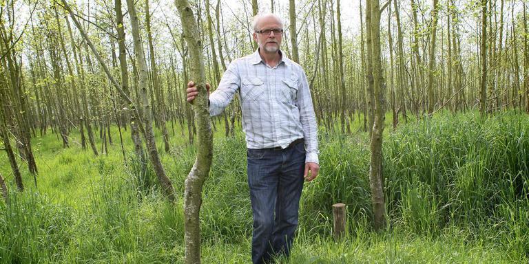 Ab van Middelkoop bij het bos in Nieuwehorne, dat inmiddels is omgevormd tot natuurbegraafplaats. Foto: Archief Huisman Media