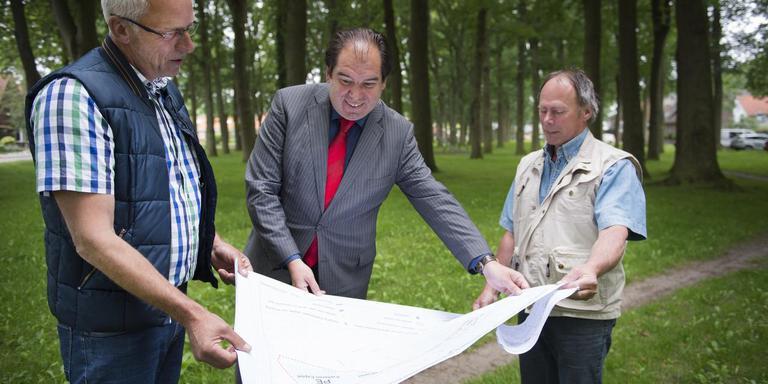 Burgemeester Marcel Thijsen toont de nieuwe plek van de paardenmarkt. Links marktmeester Jaap Mellema, rechts dierenarts Dieter Zweers. FOTO: JASPAR MOULIJN