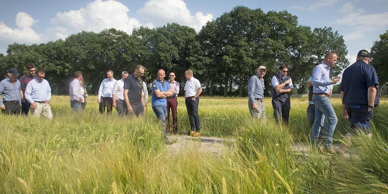Boer Jan Reinier de Jong (tweede van rechts) leidt met regelmaat mensen rond op zijn bedrijf. Op deze foto geeft hij uitleg aan een groep Engelse akkerbouwers.