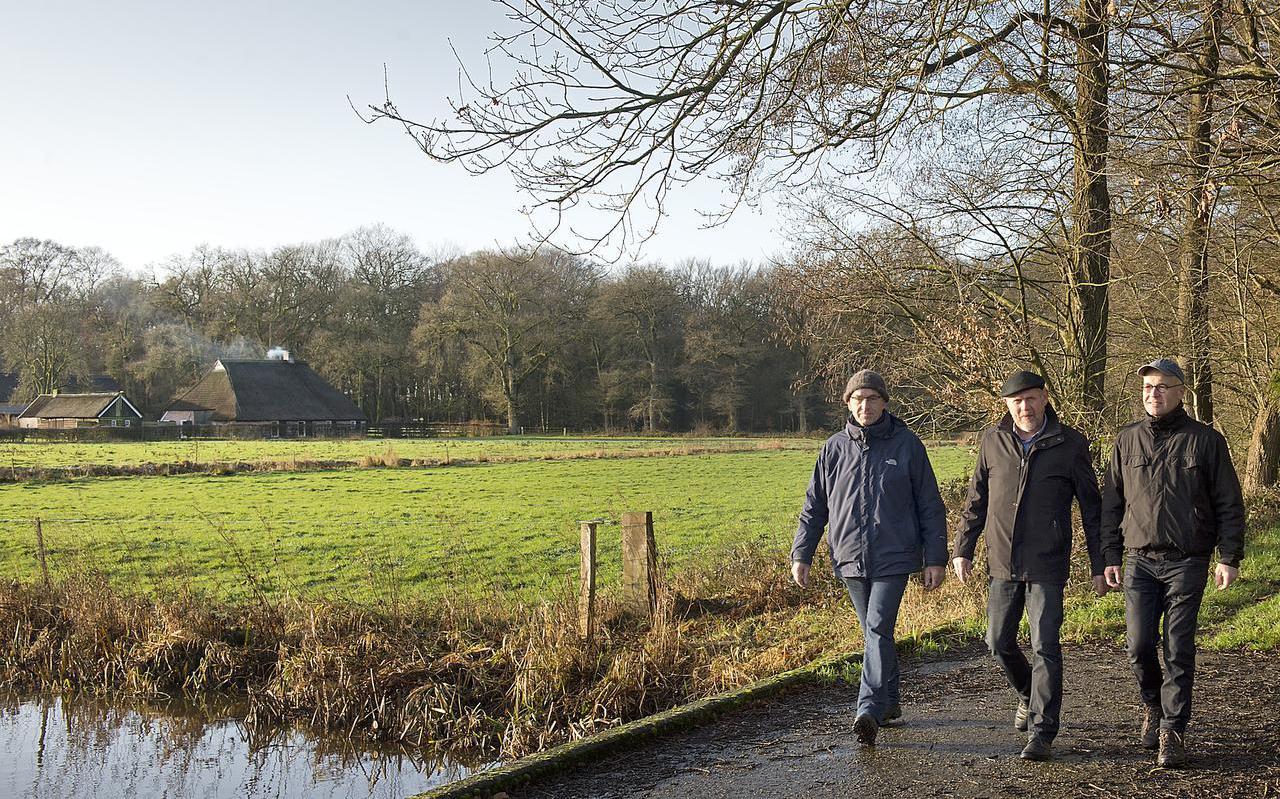 V.l.n.r. Gerrit Hegen, Jan Kruimink en Harm Dijkstra met linksachter het weiland waarop het spektakel te zien zal zijn. Foto: Jan Anninga