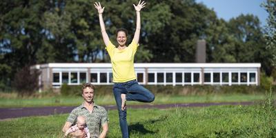Michel Drost en Carolien Sijberden met dochter Ella voor de voormalige school Rehoboth in Gees.