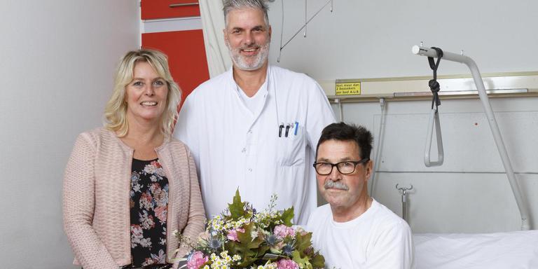Op de foto patiënt Plat, de eerste die in Emmen met de Da Vinci is geopereerd. In het midden uroloog Ben Knipscheer en rechts hoofd verpleegafdeling Janet Ottens (Foto: Treant Zorggroep/Bianca Verhoef Fotografie).