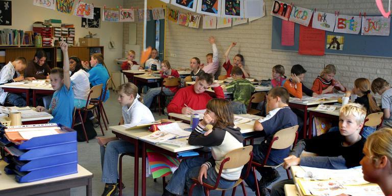Leerlingen van een basisschool. Ouders kiezen vaak voor een lager niveau voortgezet onderwijs dan hun kinderen aan kunnen. FOTO ARCHIEF DVHN