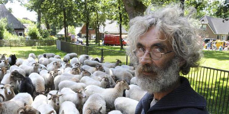 Jos Robroek, de schaapherder van Exloo, is door het bestuur van de kudde genadeloos bij het oud vuil gezet. Foto: archief Henk Benting