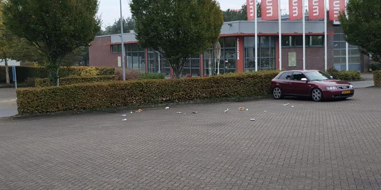Zwerfafval op de parkeerplaats van KwikFit. Foto Marlow Remerie