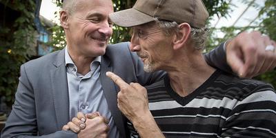 Scheidend Wildlands-directeur Frankwin van Beers (links) neemt afscheid van een van de medewerkers. Foto: Jan Anninga