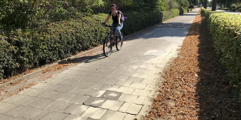 Tot soms drie keer per week moet de gemeente Emmen het fietspad langs de Ermerweg onder handen nemen.