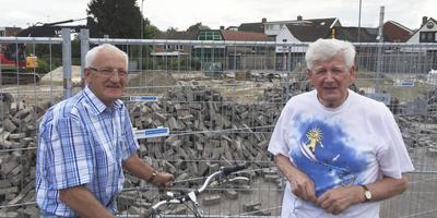 Tjerk Karsijns (rechts) bij de plek op de Albertsbaan in Roden waar de vliegtuigbom uit de oorlog is gevonden. Een paar meter van de plek die hij in zijn boekje over het bombardement op Roden had aangegeven. Links belangstellende Lammert van Wijk, die de bom net zo lief had laten liggen. FOTO DVHN