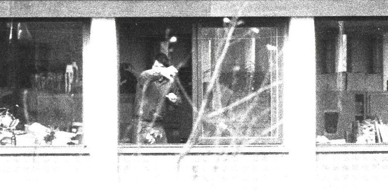 De Molukkers treden zeer agressief op, nadat een van hen door het raam had geroepen: