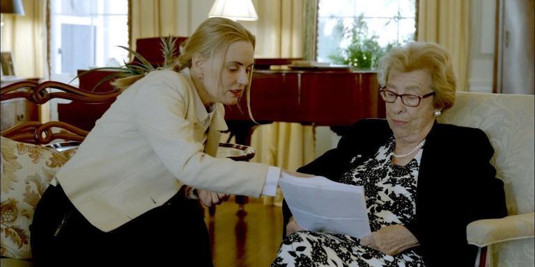 Martha en Eva bespreken Eva's hectische reisschema in de kamer van de rector magnificus van de Universiteit van South Carolina in Columbia. EIGEN FOTO