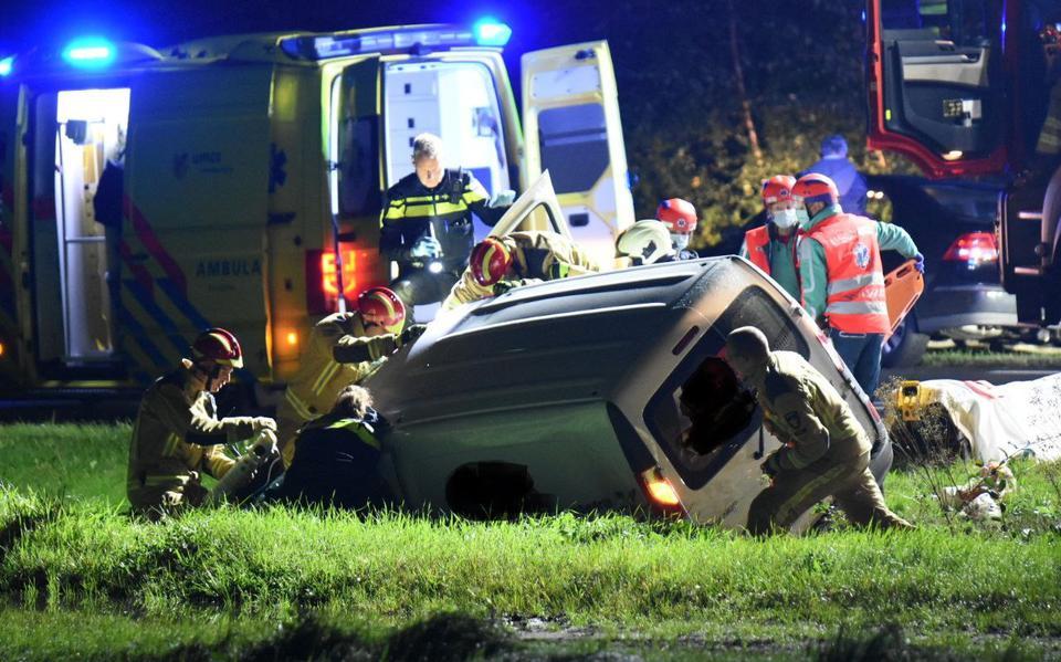 Ernstig ongeluk op kruispunt van Bargerweg en N862 in Emmen. Bestuurders bestelbusjes botsen op elkaar.