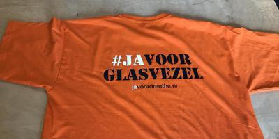 Het shirt van de leden van het Ja-team van de campagne Ja voor Glasvezel. Foto DvhN