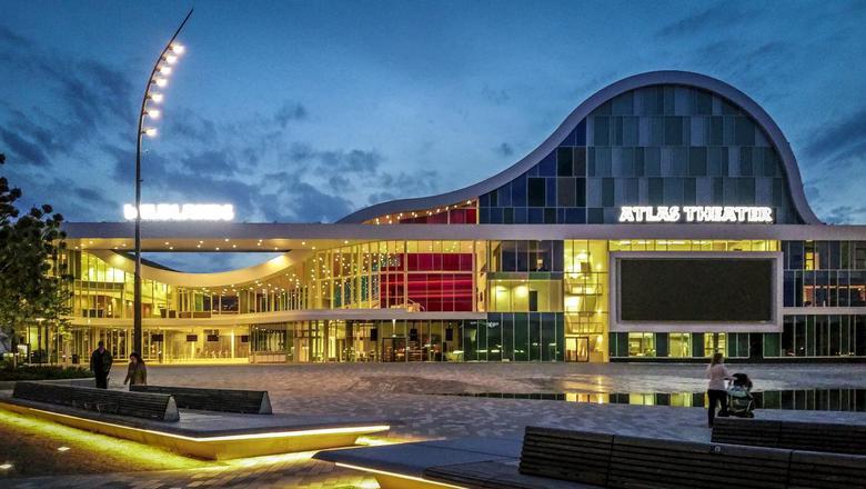 De ingang van Wildlands in Emmen, met rechts het Atlas theater. Foto archief DvhN