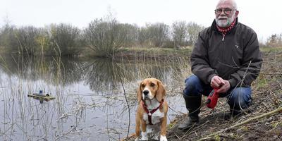 Wim Potijk en hond Coco zijn niet blij met de locatie van het geplande hondenstrandje bij de Grote Rietplas. FOTO BOUDEWIJN BENTING