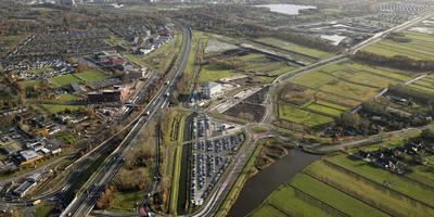 De topsporthal met foodhall moet langs de A7 op het Businesspark Ter Borch bij hotel van der Valk Groningen (midden) komen. Foto DvhN/Archief Aerophoto Eelde