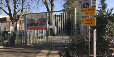 Het hek van de Weggemanspassage is op slot. Foto DvhN