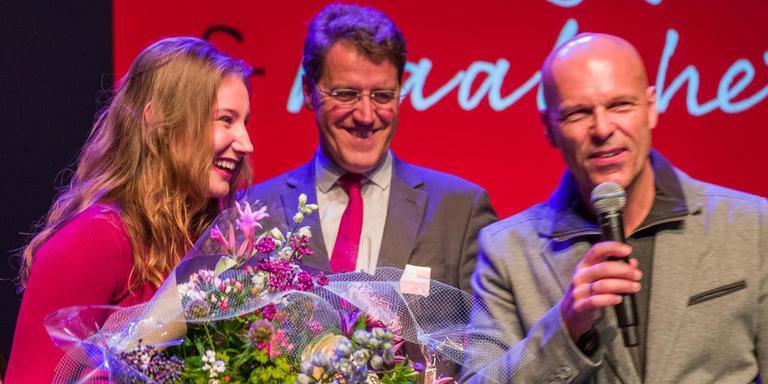 Manon Koekoek (links) kreeg de prijs Drentse Kei uit handen van burgemeester Eric van Oosterhout van Aa en Hunze (midden). Diederick de Vries, mbo-docent van het Jaar 2015, presenteerde de bijeenkomst. FOTO ALFRED OOSTERMAN