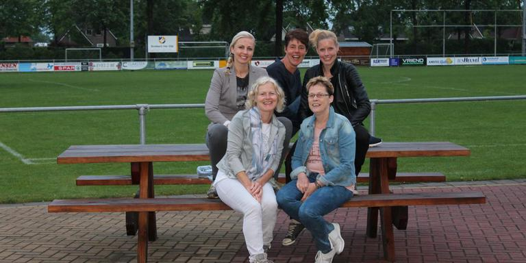 De jubileumcommissie. Achterste rij v.l.n.r.: Monique Koetsier, Ageeth Heuvelman, Linda Veltman. Voorste rij v.l.n.r.: Roelie van Noord, Roelie van Dijk
