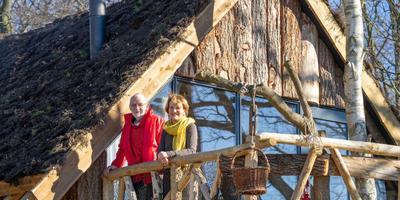 Bert en Elly van Zanten op de veranda van hun winnende boomhut. Foto: Kim Stellingwerf