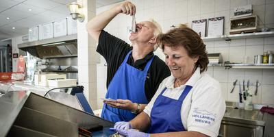 Erik en Sytie Schuster zitten nu twaalf jaar in de vishandel. Vorig jaar hadden ze al de beste kibbeling van Drenthe.