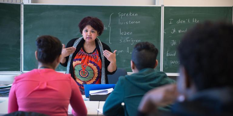 Leerlingen krijgen onder meer Nederlandse les op de school in Smilde. Op de foto Loes Talaksura voor de klas in januari 2016. Foto: Archief Hilbrand Dijkhuizen