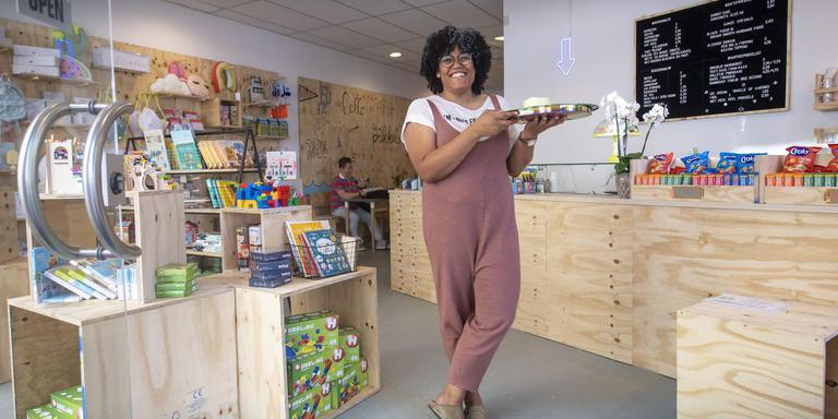 Shurendi Boelens-Statie in haar kindercaféwinkel Heel Veel Prikkels: ,,Ik wilde ook iets dat mij aan Assen bindt.''Foto: Marcel Jurian de Jong
