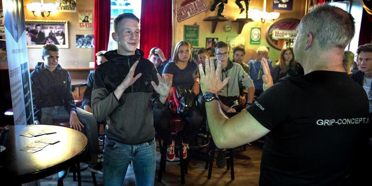 Fred Wekema van GRIP-concept uit Roden vertelt met scholier Colin Been als assistent in Mo's café wat de jongeren het beste kunnen doen of laten tijdens het uitgaan.