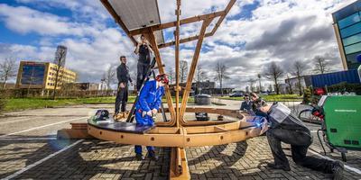 Studenten werken samen aan de Oslo-paal: een ontmoetingsplek met zonnepanelen. Foto: Marcel Jurian de Jong