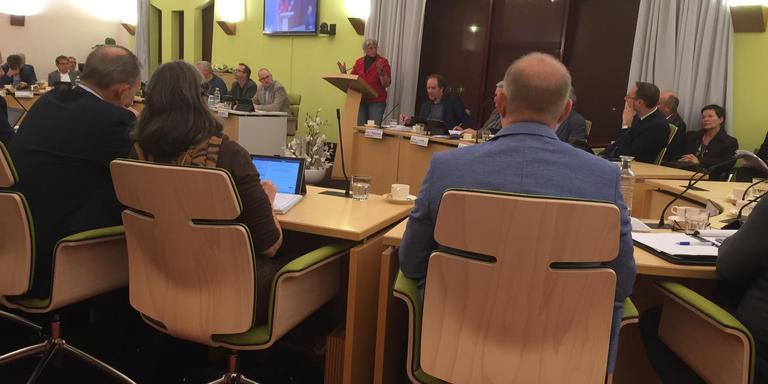 Marieke Hensen spreekt de raad van Borger-Odoorn toe.