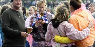 Harde regenbuien op zaterdag deerden de bezoekers van het Hello Festival weinig. Foto's: Boudewijn Benting